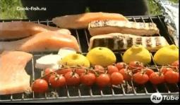 Стейки семги с чесноком и помидорами